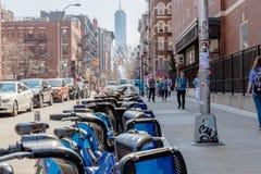 NUEVA YORK, LOS E.E.U.U. - 14 DE ABRIL DE 2018: Bicis del banco de Citi atracadas en New York City foto de archivo