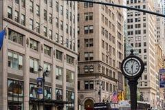NUEVA YORK, LOS E.E.U.U. - 7 DE AGOSTO DE 2017: Reloj de la acera en Fifth Avenue Foto de archivo