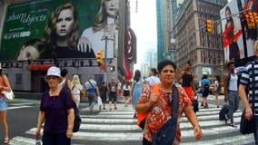 Nueva York, los E.E.U.U. - 4 de julio de 2018: Calle que pasa con el día New York City del Times Square almacen de video