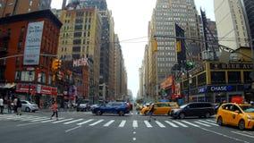 Nueva York, los E.E.U.U. - 4 de julio de 2018: El taxi paró en el tráfico de Manhattan que establecía el tiro de Nueva York almacen de video