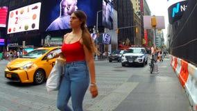 Nueva York, los E.E.U.U. - 4 de julio de 2018: El Times Square es el ` s del mundo la mayoría de la atracción turística visitada  metrajes