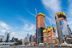 NUEVA YORK, LOS E.E.U.U. - 22 DE JUNIO DE 2017: Edificio con las grúas, Midtown Manhattan, New York City, Estados Unidos Imagen de archivo libre de regalías