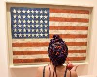 Nueva York, los E.E.U.U. - 8 de junio de 2018: El visitante mira el ` b de la bandera del ` del trabajo imagen de archivo libre de regalías