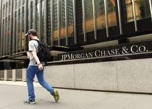 Nueva York, los E.E.U.U. - 26 de mayo de 2018: Un paso del hombre cerca de la caza de JPMorgan y de C imagen de archivo