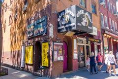 NUEVA YORK, LOS E.E.U.U. - 22 DE NOVIEMBRE DE 2016: El Wha del café en el Greenwich Village New York City, es un lugar vivo con u Foto de archivo