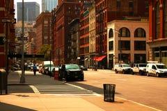 Nueva York, los E.E.U.U. - 2 de septiembre de 2018: Camino de la calle de New York City en Manhattan Fondo grande urbano del conc imagenes de archivo
