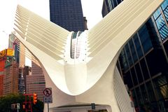 Nueva York, los E.E.U.U. - 2 de septiembre de 2018: El eje del transporte del World Trade Center en Manhattan céntrica - designad fotos de archivo