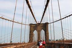 Nueva York, los E.E.U.U. - 2 de septiembre de 2018: Paseo del puente de Brooklyn imagen de archivo