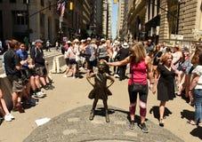 Nueva York, los E.E.U.U. - mayo de 2018: Gente cerca de la escultura de carga de Bull en Nueva York fotografía de archivo libre de regalías