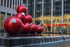 Nueva York, los E.E.U.U. - noviembre de 2018 - decoración de la Navidad, bolas rojas gigantes al lado del Radio City Music Hall e fotos de archivo