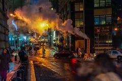 NUEVA YORK, NUEVA YORK - 10 DE ENERO DE 2014: Acción de la calle de Nueva York con humo y gente Imagen de archivo libre de regalías