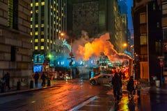 NUEVA YORK, NUEVA YORK - 10 DE ENERO DE 2014: Acción de la calle de Nueva York con humo y gente Imagen de archivo