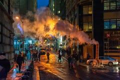 NUEVA YORK, NUEVA YORK - 10 DE ENERO DE 2014: Acción de la calle de Nueva York con humo y gente Fotos de archivo