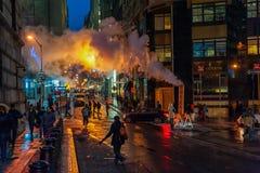 NUEVA YORK, NUEVA YORK - 10 DE ENERO DE 2014: Acción de la calle de Nueva York con humo y gente Imagenes de archivo