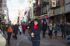 Mujer asiática con el petardo chino Fotos de archivo