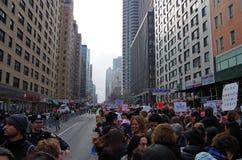Nueva York, Nueva York, los E.E.U.U. 21 de enero de 2017: Los manifestantes recolectan para la marcha del ` s de las mujeres en M Imágenes de archivo libres de regalías