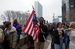Nueva York, Nueva York, los E.E.U.U. 21 de enero de 2017: Los manifestantes recolectan para la marcha del ` s de las mujeres en M Imagen de archivo