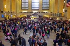 Nueva York, Nueva York, los E.E.U.U. 21 de enero de 2017: Los manifestantes recolectan para la marcha del ` s de las mujeres en M Fotos de archivo