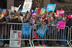 Nueva York, Nueva York, los E.E.U.U. 21 de enero de 2017: Los manifestantes recolectan para la marcha del ` s de las mujeres en M Imagen de archivo libre de regalías
