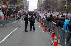 Nueva York, Nueva York, los E.E.U.U. 21 de enero de 2017: NYPD en la escena para la protesta de la marcha del ` s de las mujeres  Fotografía de archivo libre de regalías
