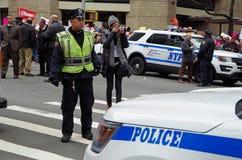 Nueva York, Nueva York, los E.E.U.U. 21 de enero de 2017: NYPD en la escena para la protesta de la marcha del ` s de las mujeres  Fotografía de archivo