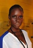 NUEVA YORK, NY - 5 DE SEPTIEMBRE: Un modelo consigue listo entre bastidores en el desfile de moda 2013 de la primavera del dril de Foto de archivo libre de regalías