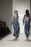 NUEVA YORK, NY - 8 DE SEPTIEMBRE: Un modelo recorre pista en la demostración de Katya Leonovich durante la semana 2013 de la moda  Fotos de archivo