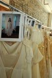 NUEVA YORK, NY - 16 de junio: Los gows de una boda alistan entre bastidores Imágenes de archivo libres de regalías