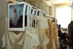NUEVA YORK, NY - 16 de junio: Los gows de una boda alistan entre bastidores Imagenes de archivo
