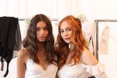 NUEVA YORK, NY - 16 de junio: Modelos que consiguen entre bastidores listo Fotografía de archivo