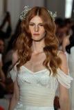 NUEVA YORK, NY - 16 de junio: Paseo de los modelos el final de la pista en la demostración nupcial de la colección de Claire Pett Imagen de archivo libre de regalías
