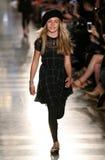 NUEVA YORK, NY - 19 DE MAYO: Un modelo camina la pista en el desfile de moda de los niños de Ralph Lauren Fall 14 Fotografía de archivo libre de regalías