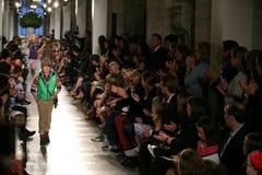 NUEVA YORK, NY - 19 DE MAYO: Un modelo camina la pista en el desfile de moda de los niños de Ralph Lauren Fall 14 Foto de archivo libre de regalías