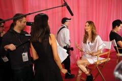 NUEVA YORK, NY - 13 DE NOVIEMBRE: Behati Prinsloo durante entrevistas procesa entre bastidores en el desfile de moda 2013 de Victo Foto de archivo libre de regalías