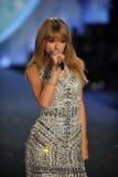 NUEVA YORK, NY - 13 DE NOVIEMBRE: El cantante Taylor Swift se realiza en el desfile de moda 2013 de Victoria's Secret Imágenes de archivo libres de regalías