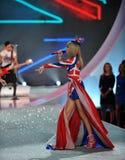 NUEVA YORK, NY - 13 DE NOVIEMBRE: El cantante Taylor Swift se realiza en el desfile de moda 2013 de Victoria's Secret Fotos de archivo
