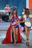 NUEVA YORK, NY - 13 DE NOVIEMBRE: El cantante Taylor Swift se realiza en el desfile de moda 2013 de Victoria's Secret Foto de archivo