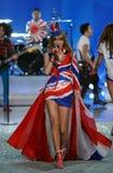 NUEVA YORK, NY - 13 DE NOVIEMBRE: El cantante Taylor Swift se realiza en el desfile de moda 2013 de Victoria's Secret Imagen de archivo