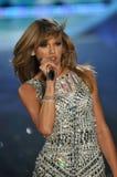NUEVA YORK, NY - 13 DE NOVIEMBRE: El cantante Taylor Swift se realiza en el desfile de moda 2013 de Victoria's Secret Foto de archivo libre de regalías