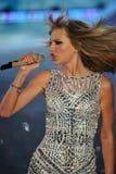 NUEVA YORK, NY - 13 DE NOVIEMBRE: El cantante Taylor Swift se realiza en el desfile de moda 2013 de Victoria's Secret Imagen de archivo libre de regalías
