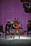 NUEVA YORK, NY - 13 DE NOVIEMBRE: La banda Fall Out Boy se realiza y Candice Swanepoel camina en el desfile de moda 2013 de Victor Imágenes de archivo libres de regalías