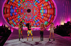 NUEVA YORK, NY - 13 DE NOVIEMBRE: La selva de neón se realiza en la pista en el desfile de moda 2013 de Victoria's Secret Imagen de archivo
