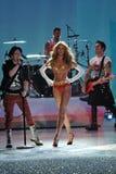 NUEVA YORK, NY - 13 DE NOVIEMBRE: Los músicos de la banda Fall Out Boy se realizan y el modelo Candice Swanepoel camina en la pist Fotos de archivo