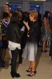 NUEVA YORK, NY - 13 DE OCTUBRE: Diseñador Carolina Herrera (r) con las huéspedes en Carolina Herrera Bridal Presentation Fotografía de archivo