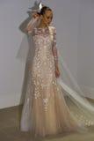 NUEVA YORK, NY - 13 DE OCTUBRE: El modelo hace el modelado informal en Carolina Herrera Bridal Presentation Imagen de archivo