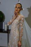 NUEVA YORK, NY - 13 DE OCTUBRE: El modelo hace el modelado informal en Carolina Herrera Bridal Presentation Fotografía de archivo libre de regalías