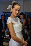 NUEVA YORK, NY - 13 DE OCTUBRE: El modelo hace el modelado informal en Carolina Herrera Bridal Presentation Imagen de archivo libre de regalías
