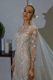 NUEVA YORK, NY - 13 DE OCTUBRE: El modelo hace el modelado informal en Carolina Herrera Bridal Presentation Imágenes de archivo libres de regalías