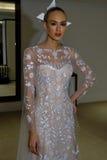 NUEVA YORK, NY - 13 DE OCTUBRE: El modelo hace el modelado informal en Carolina Herrera Bridal Presentation Foto de archivo libre de regalías
