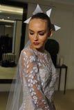 NUEVA YORK, NY - 13 DE OCTUBRE: El modelo hace el modelado informal en Carolina Herrera Bridal Presentation Fotografía de archivo